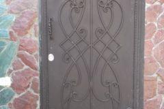 Металлическая дверь с элементами ковки